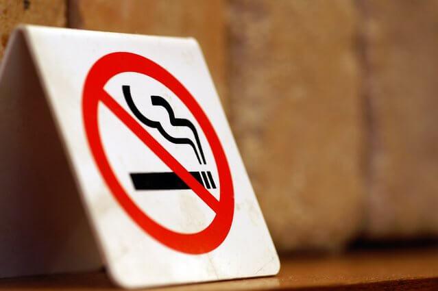 禁煙ロゴが入ったサイン